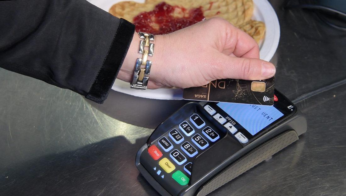 Bildet viser kontaktløs betaling med kort