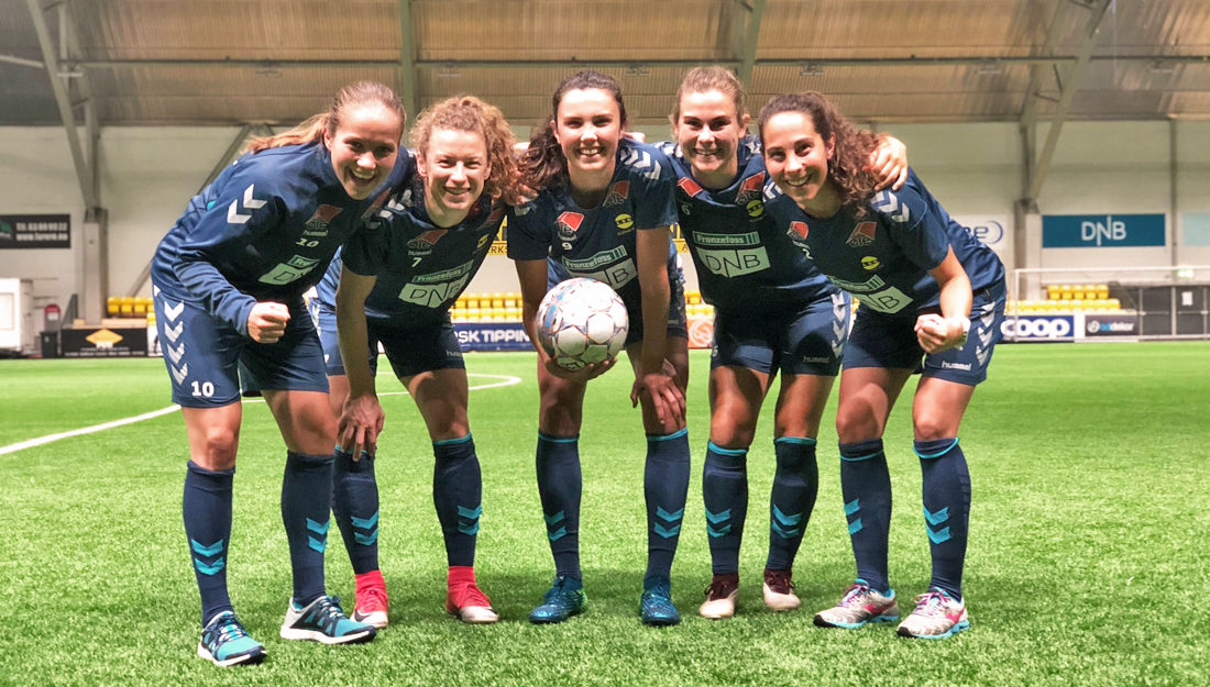 Bilde av fem av de seks jentene på LSK Kvinner som er tatt ut til å spille landskamp mot Irland.